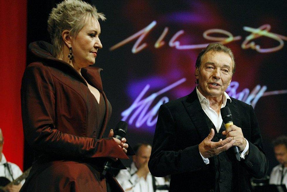 Pětatřicetinásobný Slavík Karel Gott společně s operní divou Evou Urbanovou zahájili v pardubické ČEZ Areně své společné turné.