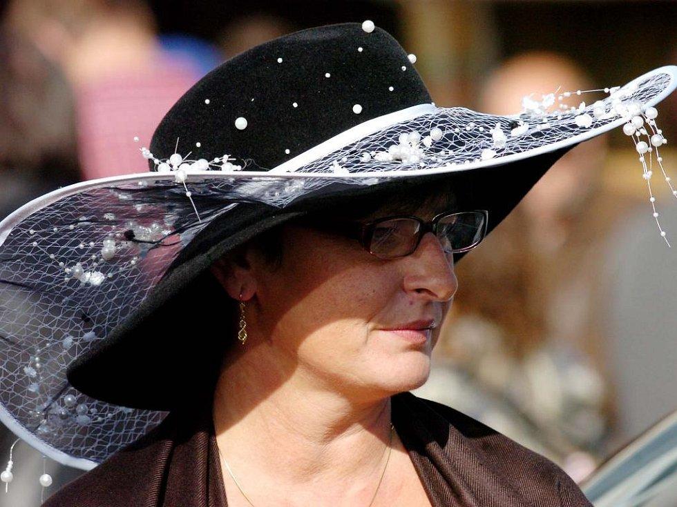 24afd4d141e Velká pardubická je také přehlídkou pro dámy s klobouky. Láká také české  celebrity. Snímek