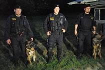 Jan Dřevikovský se služebním psem Bleskem (vlevo) z pardubického družstva psovodů 86letého seniora našel.