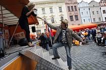 BEZ VAJÍČEK. realtivně v poklidu se odehrál sobotní mítink ČSSD v Pardubicích. Přišlo na něj zhruba 200 lidí, z toho asi 15 odpůrců s transparenty, na ně dohlížela početná síla policistů. Jiří Paroubek ale zůstal v Praze.