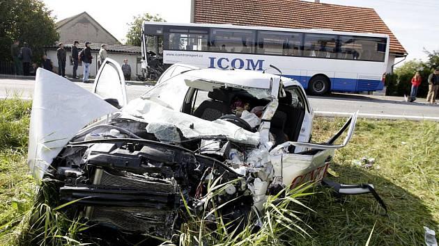 Srážka osobního automobilu s autobusem si ve Chvojenci vyžádala těžké zranění řidičky osobního vozu.