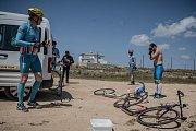 Expedice Crossing Cyprus 2017. Nezbytná polední pauza. 10 minut na rychlé osvěžení a jede se dál.