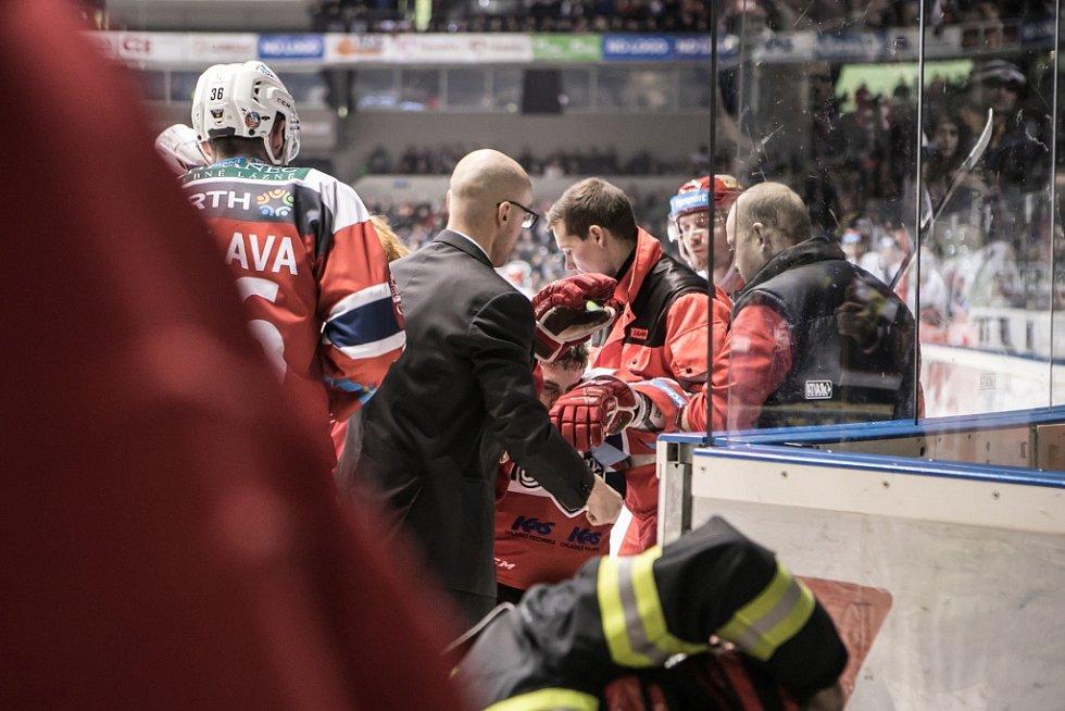 Moment, kdy hlediště zatrnulo. Ošklivé krvavé zranění Davida Tomáška způsobené bruslí v obličeji. Na led museli zdravotníci.