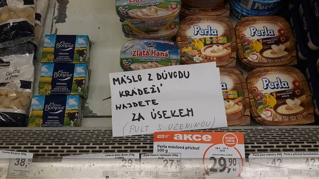Kvůli krádežím másla sáhli v prodejně po drastickém opatření. Máslo je na vyžádání pouze za pultem.