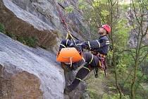 V MEXIKU. Pardubičtí hasiči trénovali lezení v lomu Mexiko v české Americe