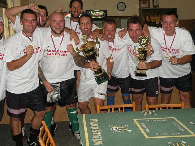 VÍTĚZ. 22. ročník celostátního turnaje v malé kopané Sharp Cup 2010 vyhrál pardubický Litrpool, který ve finále zdolal Aigos Team (vítěz z roku 2005 a 2007).