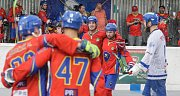Čtvrté finále hokejbalové play-off CROSSDOCK extraligy mezi HBC Autosklo-H.A.K. Pardubice (v bílomodrém) a  HC Kert Park Praha(v červeném) na hřišri v Polabinách.