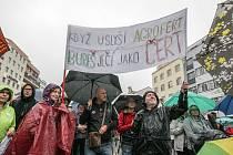 Zhruba pět set lidí dalo najevo nespokojenost s vládou Andreje Babiše a jeho ministryní spravedlnosti Marií Benešovou.