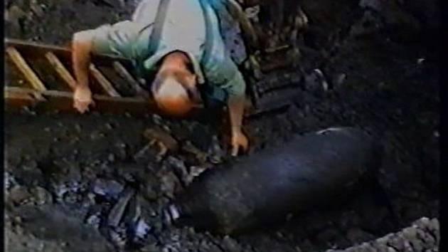 Prvotní ohledání bomby policejním pyrotechnikem