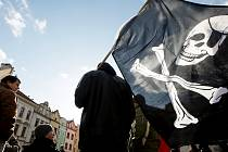 """""""Piráti"""" protestovali v Pardubicích proti smlouvě ACTA"""