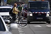 Na frekventované ulici 17. listopadu dochází k nebezpečným situacím, ohrožení jsou zejména chodci a cyklisté. Město tam plánuje dopravní změny. Vzniknou ostrůvky a cyklopruhy, ubydou parkovací místa.