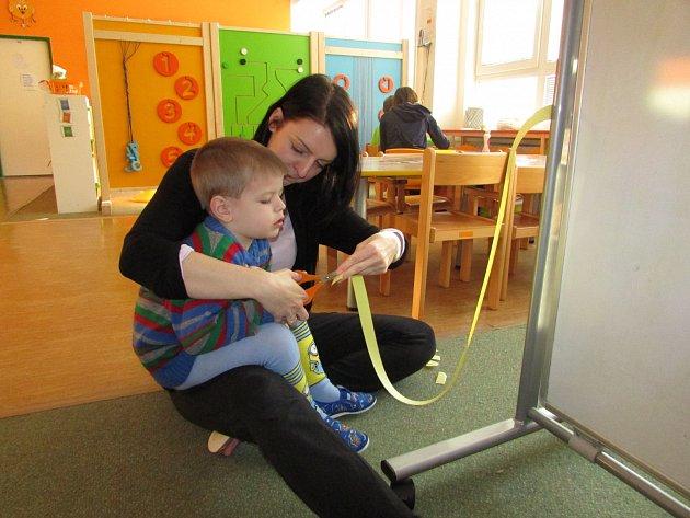 Jakub se svou asistentkou Míšou ve školce Lentilka.