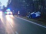 Nehoda dodávky v zatáčce u golfového hřiště u Lázní Bohdaneč. Řidič byl pod vlivem alkoholu.