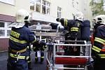 V budově pardubické porodnice cvičně hořelo. Personál a hasiči prověřovali evakuační plány.