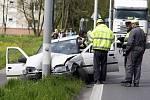 Řidič bílého fordu za volantem pravděpodobně zkolaboval. V protisměru se srazil s osobním autem a vzápětí narazil do sloupu. Následkům nehody podlehl.