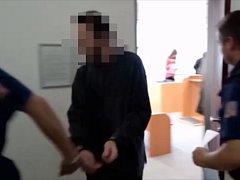 Eskorta odvádí z krajského soudu muže, který dva roky zneužíval a znásilňoval vlastní nezletilou dceru.