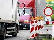 Oprava příjezdových komunikací opět uzavřela některé jízdní pruhy na silnici u Parama.