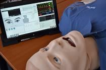 Lékaři a zdravotníci Zdravotnické záchranné služby Pardubického kraje nově trénují na figurínách, které reagují na léky.