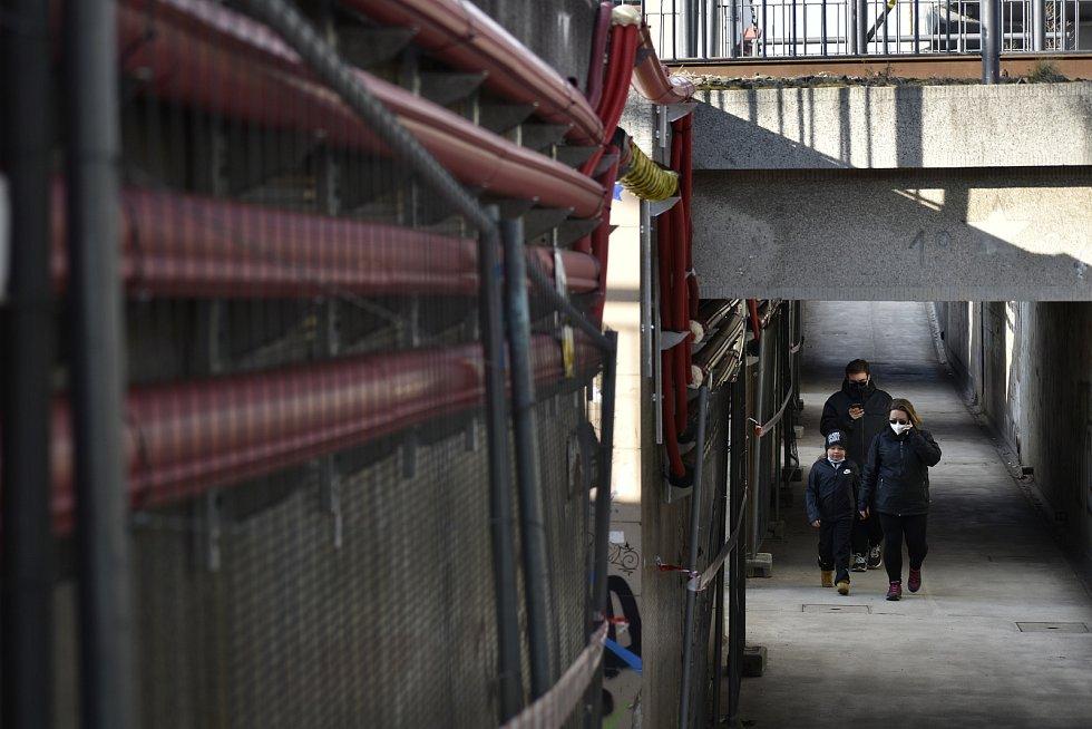 Podchod pro pěší je i při rekonstrukci otevřen. Podchodem jsou nataženy dráty pro napájení trolejového vedení.