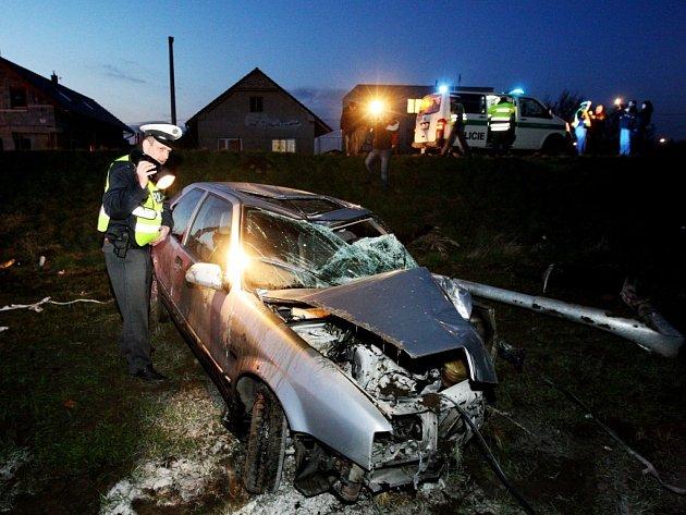 Vůz se mladíkovi málem stal hořící rakví. Nebýt včasného zásahu ostatních řidičů, zraněný mladík by v něm nejspíše uhořel