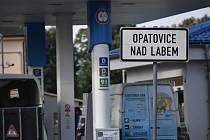 Řidiči si přes Opatovice zkracují cestu z Hradce Králové k dálnici D11 a opačně, v Opatovicích přitom projíždějí přes benzinovou pumpu.