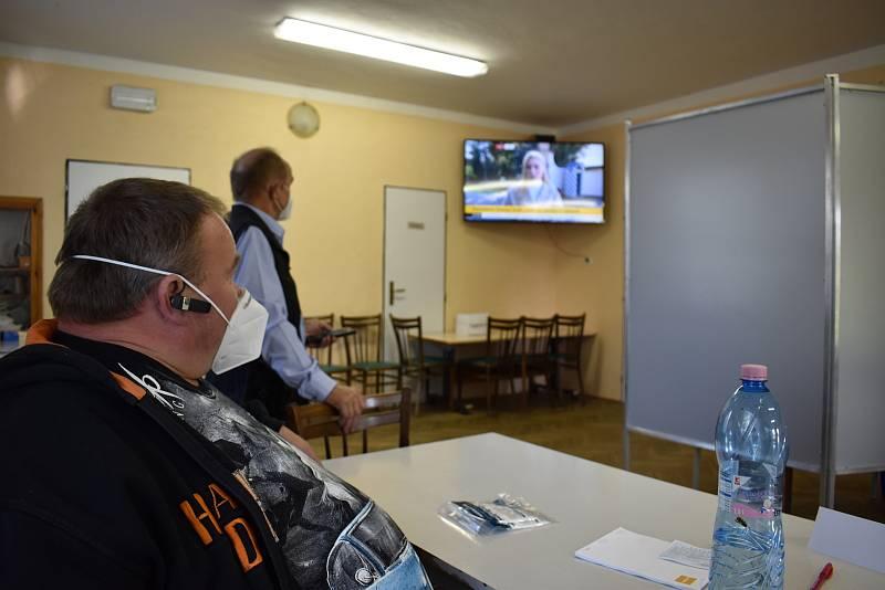 V Přepychách sledují i volby v televizi.