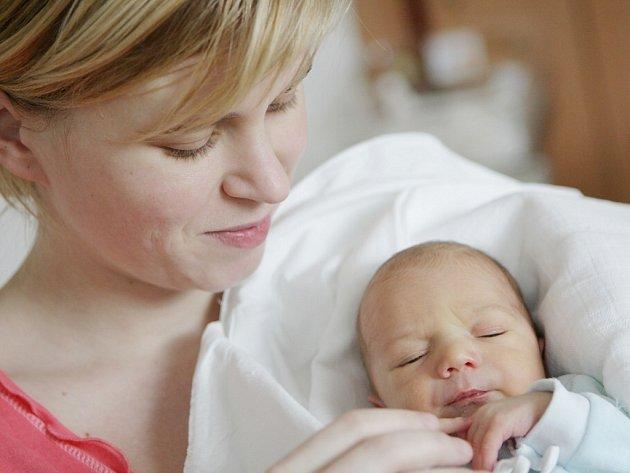 Šimon Beneš se narodil 27. února v 9:30 hodin. Vážil 3140 gramů. Maminku Kristýnu u porodu podpořil tatínek Josef a rodina je z Pardubic.