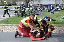 Studenti záchranáři z Univerzity Pardubice cvičili zásah pro případ hromadných nehod.