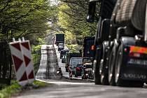 Uzavřená silnice mezi Vysokou u Holic a Jaroslaví. Auta zde projedou pouze v jednom směru a to na Vysoké Mýto.