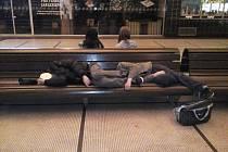 Dvojice cizinců dokončila svůj nocleh místo na nádraží na záchytné stanici.
