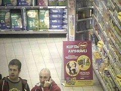 Pachatele v obchodech zachytily kamery. Krádeže si domlouvají pomocí telefonu