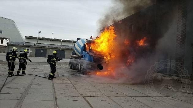 Požár míchačky betonu v Pardubicích