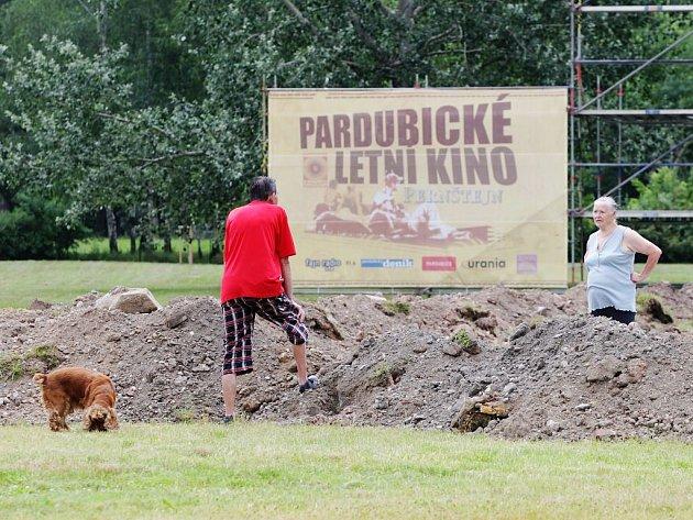 Přípravy na zahájení Pardubického letního kina finišují