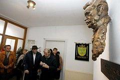 NÁVŠTĚVNÍCI SLAVNOSTNÍHO AKTU v Dolní Rovni mohli spatřit také výstavu o životě Františka Udržala a o dějinách obce. Promítal se zde i historický dokument.
