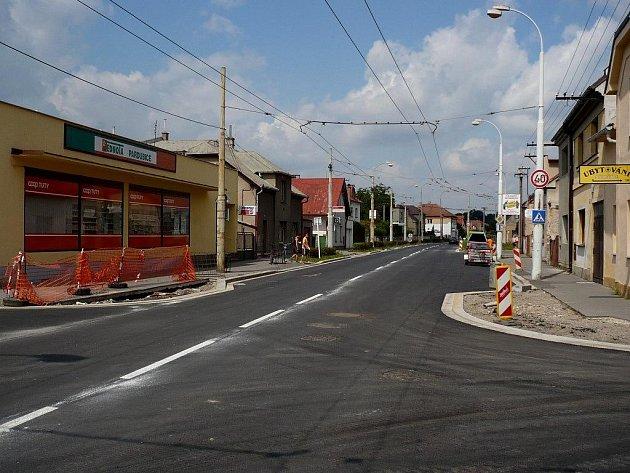 Šípkova ulice je od této soboty opět po dlouhé době otevřena pro dopravu. Platí zde ale stále ještě rychlostní omezení kvůli dokončovacím pracím na chodnících
