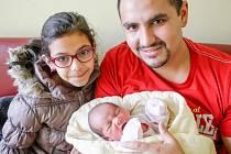 Sofie Balogová se narodila 8. 12. v 11:36 hodin, vážila 3 kilogramy a měřila 46 centimetrů. Velkou radost z ní má maminka Zdenka, tatínek Tibor a osmiletá sestřička Natálka. Rodina je doma v Pardubicích.
