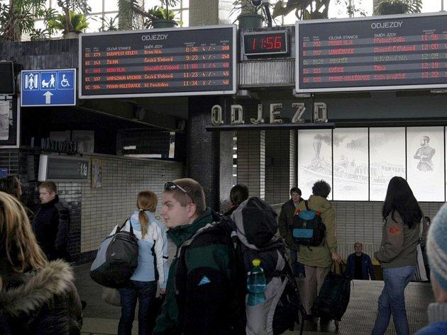 Zpoždění až 300 minut měly vlaky v Pardubicích. Důvodem byly přerušené troleje v Praze