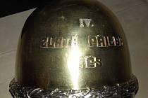 Muzeum koupí přilbu z počátků slavného závodu .
