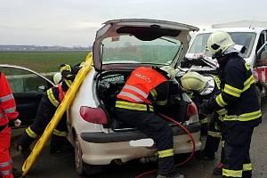 Auto se po nehodě doslova zaklínilo do dodávky