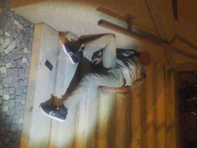 Opilý muž na schodech hodlal nocovat.
