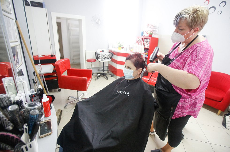 Po vládních protikovidových opatřeních se v pondělí 3. května 2021 znovu otevřely služby jako například kadeřnictví a Barber shopy.