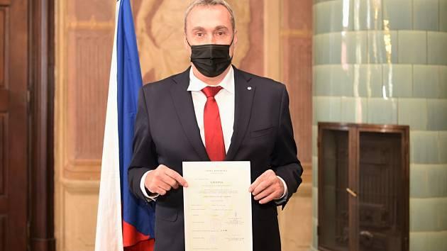 """JE NÁŠ... Izraelský nápadník Ronen """"Neno"""" Ginzburg právě zpečetil svým podpisem manželství s Českou republikou."""