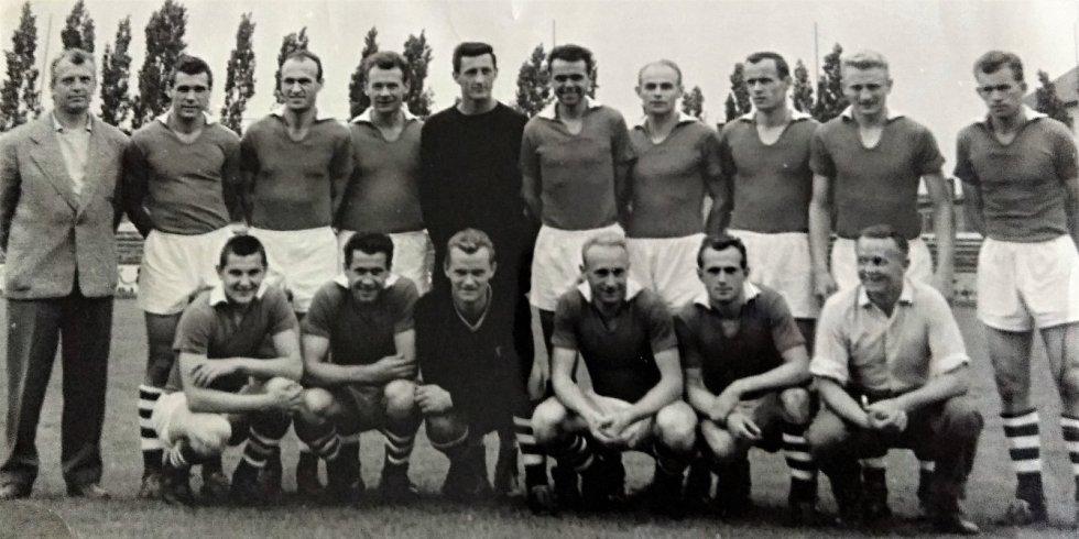V ROCE 1960 vládl Hradec celému Československu. Trenér Zástěra vpravo dole.