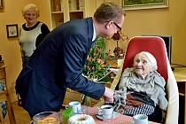 Jarmile Urbánkové gratuloval k 100. narozeninám i radní Pardubického kraje Pavel Šotola.