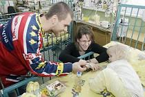 Hokejisté navštívili děti v pardubické nemocnici