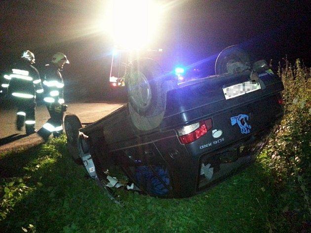 Automobil sknnčil po projetí zatáčky na střeše.