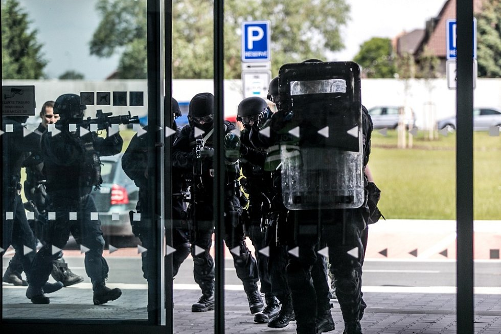 Zákrok proti nebezpečnému pachateli v prostorách terminálu pardubického letiště. Policisté trénovali zákrok v neobvyklém prostředí.