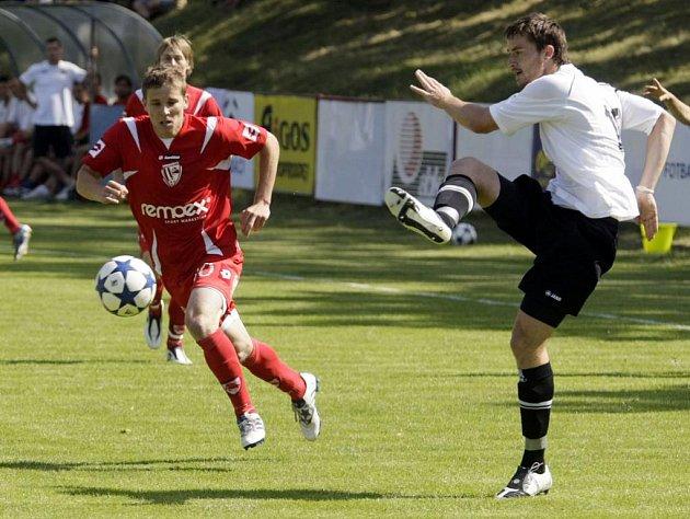 PŘED POČETNOU KULISOU se hrálo sobotní přátelské utkání mezi Pardubicemi a Hradcem Králové. V duelu zvítězili hosté 2:1.