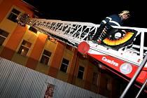 Na Hůrkách v ubytoně hořelo. Na 70 lidí museli hasiči evakuvat