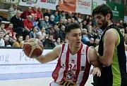 Basketbalové utkání Kooperativy NBL mezi BK JIP Pardubice (v bíločerném) a mmcité+ Brno (v černozeleném) v pardubické hale na Dašické.